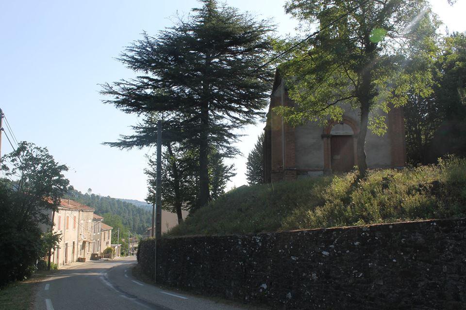 Entré du village de La Vernarède, à droite le Temple.