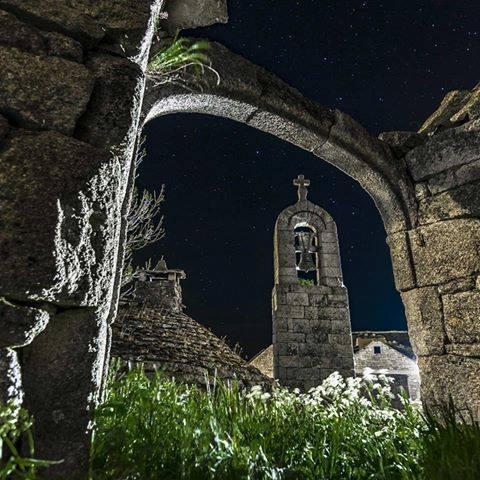Mont Lozère la nuit, vue sur le clocher de Tourmente de la Fage et son four à pain
